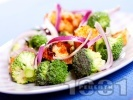Рецепта Салата с броколи, запържени пилешки гърди, червен лук и дресинг от оцет, зехтин и мед